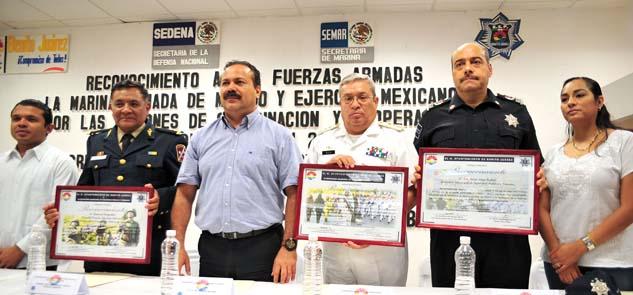 Entrega Alcalde reconocimientos al Ejército y la Marina