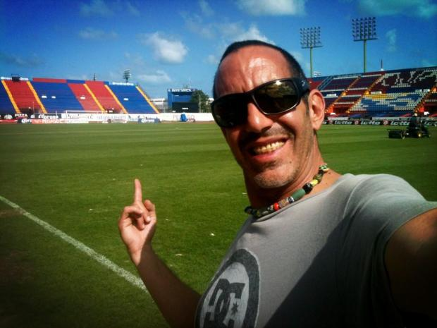 """Jorge """"Chori"""" López Vives, el reportero de Televisa subió este martes a su cuenta de Twitter esta foto con el siguiente comentario: """"Visitando la casa de los Potros de Hierro del Atlante. Excelente cancha y precioso el estadio! Vamos Potros!!"""""""