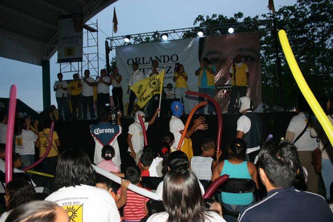 CAMPAÑAS: Bajo la lluvia, respaldan mil personas a Orlando Muñoz en Villas del Sol