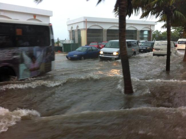 VIVE QR OTRO DÍA DE LLUVIAS: Suspenden clases en Cancún y Cozumel y siguen inundaciones de calles