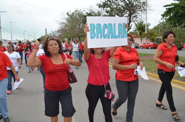 FUERON POCOS PERO GRITARON FUERTE: Marchan maestros en Chetumal contra reforma educativa y desvío de cuotas y becas