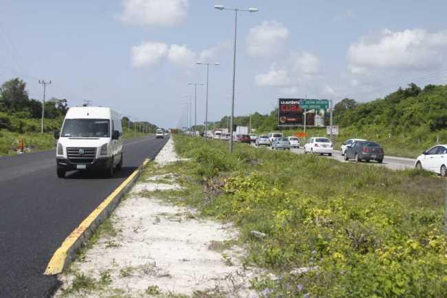 Cotidiano caos vehicular en la carretera Cancún-Puerto Morelos por obras de pavimentación de la SCT