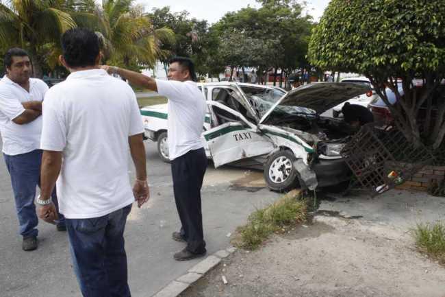 Deja 5 heridos carambola de 5 autos en las avenidas La Luna y Politécnico, en Cancún