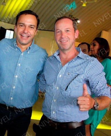 Foto de la revista de sociales Nivel donde aparecen el Alcalde Paul Carrillo y el ex Alcalde interino, Carlos Canabal durante el cumpleaños de Gastón Alegre.