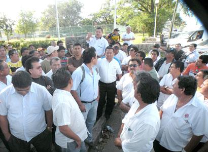 "Enfrenta líder a taxistas inconformes: ""Como les gusta que les partan la m…, , pues yo se las voy a partir…"""