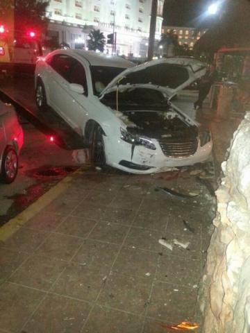 Choca ebrio en la Zona Hotelera de Cancún y acompañante acusa a policías de robo