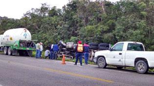 Vuelca pipa con 13 mil litros de gas LP en carretera de Felipe Carrillo Puerto