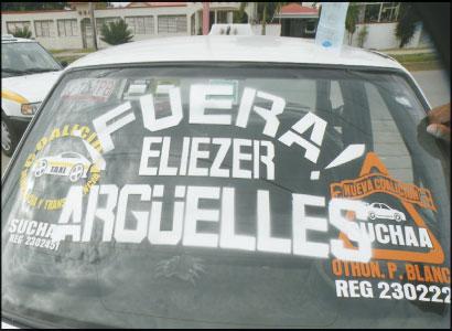 Inician taxistas campaña para exigir la salida de líder sindical en Chetumal