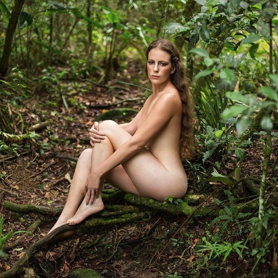 Desnudo escribiendo el camino sin lujos