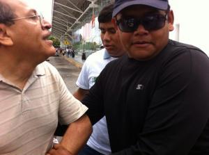 Durante las protestas en el desfile de Cancún, un supuesto ladrón arrebató al reportero Antonio Ortiz su celular con el cual grababa los hechos, pero cuando lo correteaba, la policia, en vez de perseguir al delincuente, detuvo al periodista. (Foto:  @MarcrixNoticias)