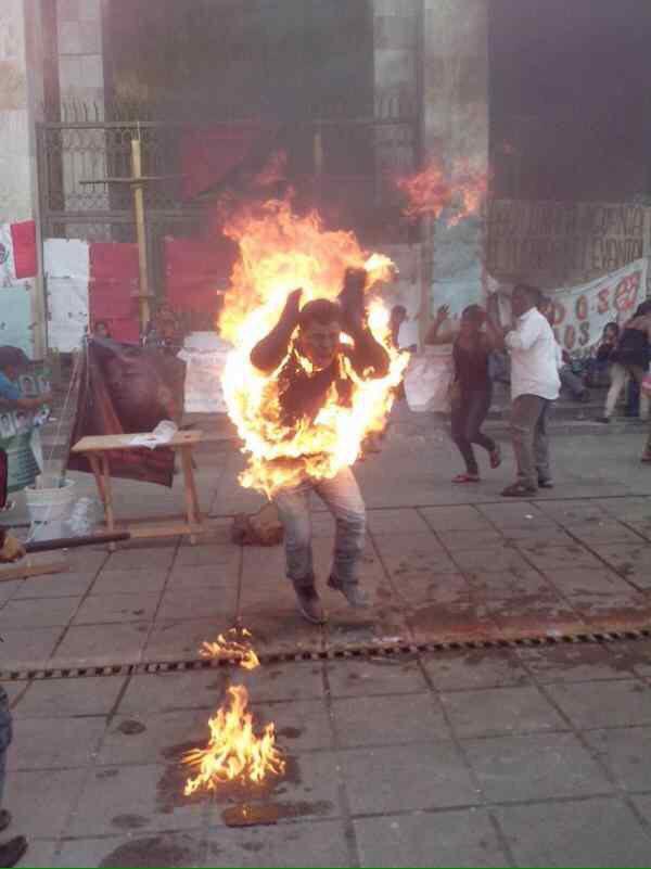 A más de un mes de insólita protesta, podría morir el joven que se inmoló frente al Congreso de Chiapas