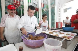 Mauricio Góngora, hasta de taquero con tal de conseguir la nominación priista a la gubernatura de Quintana Roo.