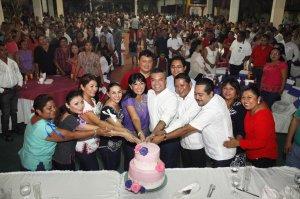 Mauricio Góngora en una de las muchas fiestas de cumpleaños de su esposa Cinthia Osorio celebrada durante el último mes en los diferentes municipios de Quintana Roo y que han servido para hacer campaña encubierta.