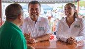 Mauricio Góngora y Candelaria Ayuso, hija de Magaly Achach, la ex alcaldesa de Cancún que la semana pasada le mentó la madre a los quintanarroenses que no voten por el candidato del PRI-PVEM-Panal.