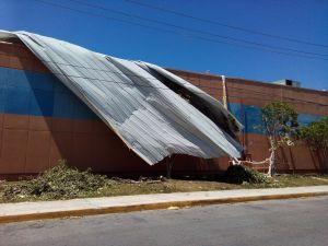 Así lucía este jueves el techo desprendido en la tienda Wal Mart de la Gran Plaza de Cancún, con parte de la estructura aún colgando sobre la vía pública.