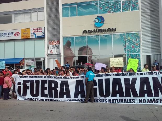 Protesta contra la privatización del servicio del agua afuera del edificio de Aguakán en Playa del Carmen.