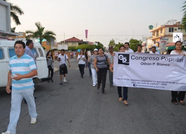 Isaías Capeline vigilando una manifestación en Chetumal en la que participó Fernández Noroña.